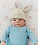 Шапочка «Заячьи ушки» на спицах для младенца в возрасте 3-6 месяцев